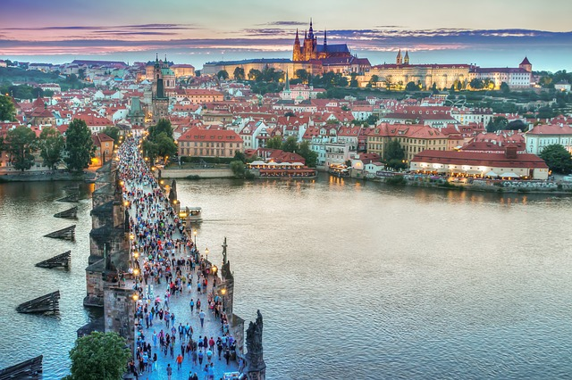 Jak zabavit děti při procházce Prahou? Pomůže vám nový zábavný průvodce!