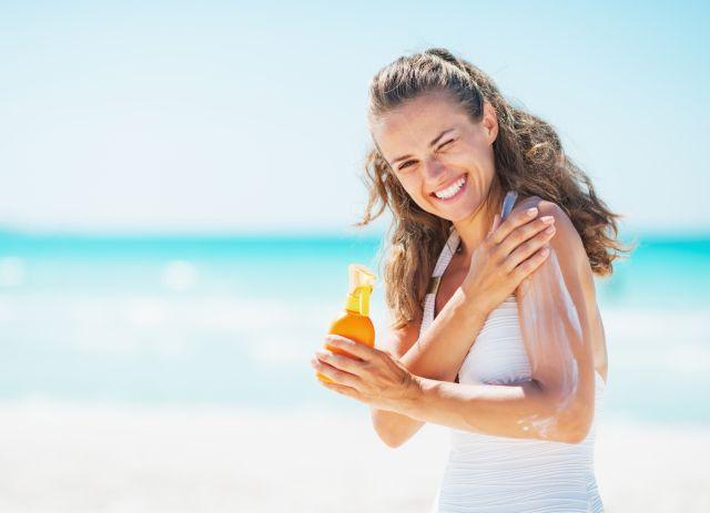 Slunce je život, ale může i ublížit. Jak se před ním (nejen) na dovolené chránit?