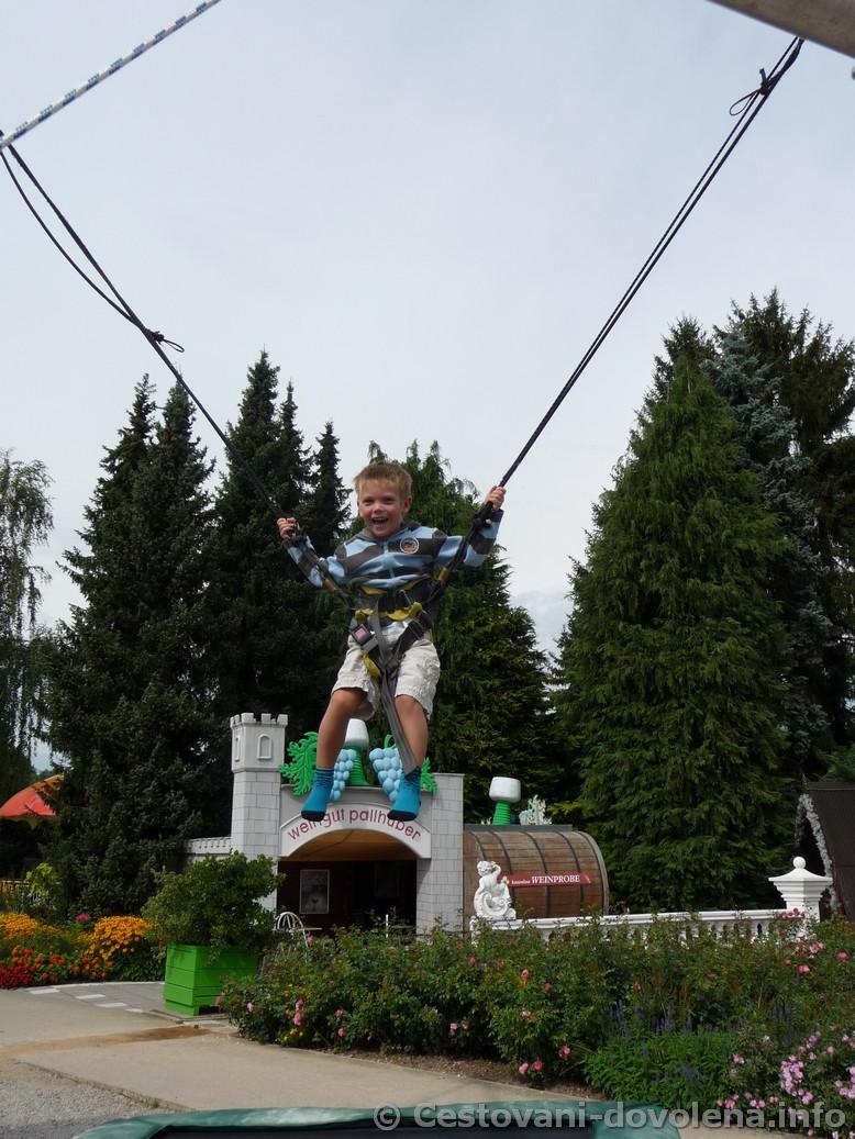 Skákání na trampolínách